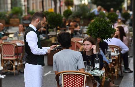Englannissa lomautettuja on tuettu tähän asti esimerkiksi ravintola- ja matkailualalla. Ulkoministeri Dominic Raabin mukaan tukijärjestelmä aiotaan kuopata ja tilalle asettaa täsmennettyjä tukitoimia. Kuva Lontoosta.