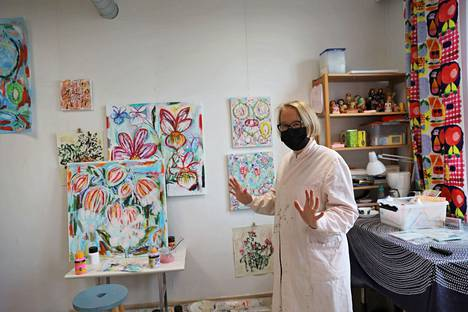 Kuvataiteilija Meri Westlinillä on meneillään värikäs kausi ja se näkyy myös työhuoneella.