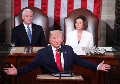 Varapresidentti Mike Pence ja edustajainhuoneen puheenjohtaja Nancy Pelosi seurasivat, kun presidentti Donald Trump kehui Yhdysvallat maasta taivaaseen ja puhui come backista. New York Timesin faktantarkistuksessa presidentti sortui useita kertojaan suurentelemaan saavutuksiaan.