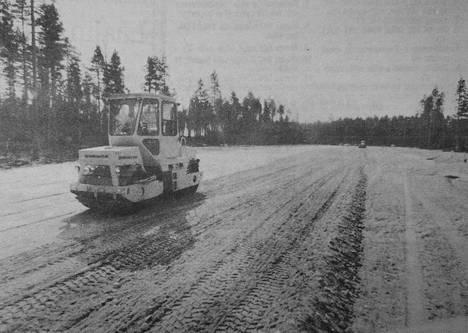 Ajoharjoitteluradalla on viime päivinä valmistauduttu asfaltointitöitä varten ja pintoja on tasattu työtä varten.