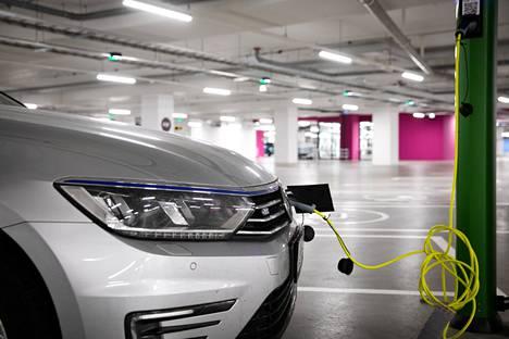 Litiumista on tulossa pullonkaula autojen sähköistymisen etenemiselle. Autovalmistajat investoivat nyt jo itse litiumin hankintaan ja valmistukseen.
