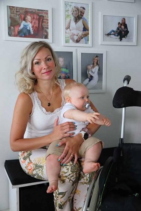 Tanya Alaluusua on kolmen pojan äiti ja keskimmäisen lapsensa omaishoitaja. Kuopusta kiinnostavat isoveljen apuvälineet.