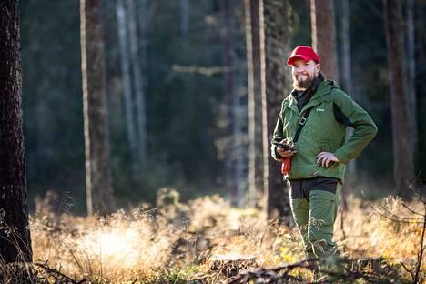 Metsä Groupin metsäasiantuntija Antti Karttunen oli jo vähällä kallistua liiketalouden alalle, mutta valitsi kuitenkin metsätalousinsinöörin opinnot eikä ole katunut. – Katsoin ulos ikkunasta ja ajattelin, että olen aina tykännyt liikkua metsässä. Että jos sitä voisi työkseenkin tehdä. Karttunen huolehtii läntisen Porin ja Luvian metsänomistajista.