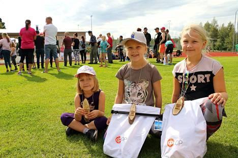Sisarukset Ilona, Venla ja Susanna Salonen tykkäsivät juosta Auliksen olympialaisissa.