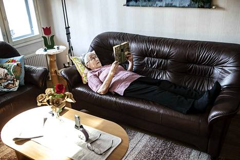 89-vuotias Helvi Hyttinen viihtyy itsekseen, kunhan hänellä on kirjoja seuranaan. Pitkä eristäytyminen on kuitenkin saanut hänet ikävöimään ystäviään sekä veljeään ja sisartaan. – Tekisi mieli mennä vierailulle heidän luokseen.
