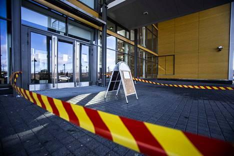 Valkeakosken Tietotien lukion pääovella ohjeistetaan 16. maaliskuuta, että koronaviruksen uhan takia vain ylioppilaskirjoituksiin osallistujat saavat mennä sisälle oppilaitoksen tiloihin.