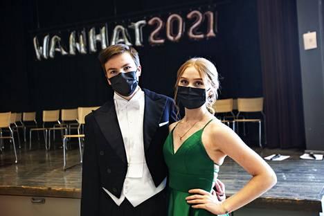 Jere Jokio ja Ella Gorschelnik tanssivat vanhojen tansseissa Tietotien lukiolla perjantaina. –Ensimmäinen esitys jännitti, toinen ei enää,  Gorschelnik sanoo. Tanssit tanssittiin maskit kasvoilla.