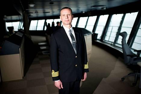 Henrik Grönvik on toiminut Viking Gracen kapteenina laivan alkutaipaleelta saakka. Kuva on otettu laivan komentosillalta vuonna 2013 julkaistuun juttuun, kun Viking Grace oli uudenkiiltävä.