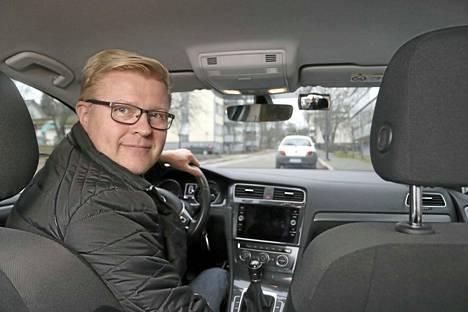 Petteri Mikola toteaa, ettei liikennekiusaajan kanssa kannata lähteä kisailemaan. Turvallisempaa on seisahtaa bussipysäkille ja antaa kuumakallelle tilaa.