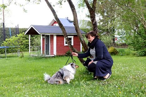 Valokuvaaja Kaija Marjasen kanssa samaan kuvaan houkuteltiin myös puolitoistavuotias shetlanninlammaskoira Ebba.