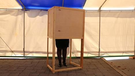 Kankaanpään kaupungintalon edessä kahtena päivänä, perjantaina ja lauantaina, olleessa ennakkoäänestyspaikassa kävi harvakseltaan äänestäjiä.
