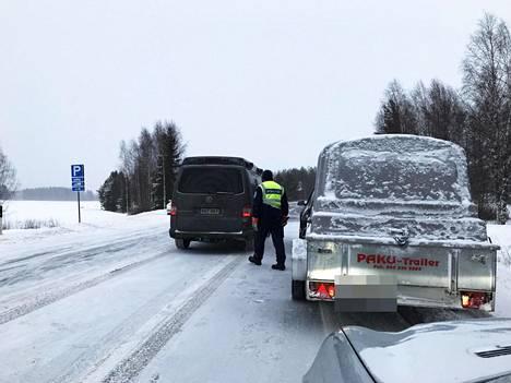 Poliisi ohjasi liikennettä Virroilla torstaina.