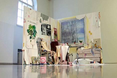 Kaisa Huotari: The place to be, 2019, akryyli, lyijykynä, tussi, metalli, pahvi, vaahtomuovi, styroksi, huonekalut, kellot, purukumi.