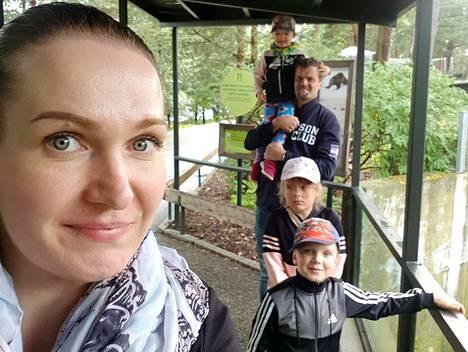 Jämsäläisen Päivi Poskelan perheessä keliakia on diagnosoitu äidin itsensä lisäksi Sofialla (keskellä) ja Jimillä (oikealla alhaalla), mutta myös Rosalla (hartioilla) on keliakiaan viittaavia oireita. Kuvassa myös perheenisä Petri Poskela.