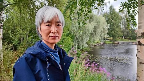 Ääni- ja videotaiteilija Makiko Nishikaze kuuntelee Aleksanterin linnan pihassa sadepisaroiden ääntä.