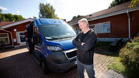 Autonkuljettaja Jari Niiniviita kuljettaa vanhuksia dieselkäyttöisellä Peugeot Boxerilla, mutta olisi valmis vaihtamaan sen mielellään sähköautoksi, jos sellainen tulisi mahdolliseksi.