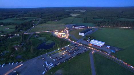 Tuurin Kyläkauppa juhli heinäkuun puolessa välissä 50-vuotista taivaltaan myymällä polttoainetta euron litrahintaan. Jonot olivat huimat.