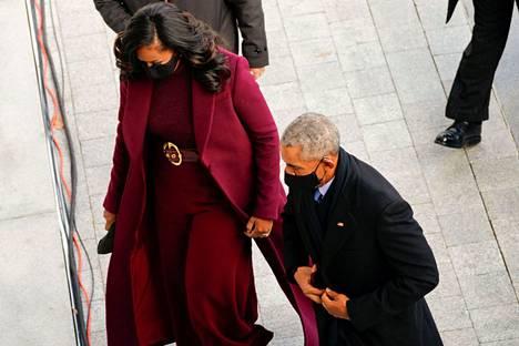 Entinen presidentti Barack Obama saapui Capitolille yhdessä Michelle-puolisonsa kanssa. Molemmilla oli kasvoillaan maski.