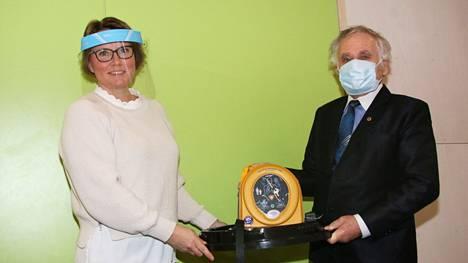 Sydäniskurin vastaanotti Pohjoislahden koulun rehtori Jane De Monte. Lahjoittajaa edusti LC Keuruun presidentti Olavi Harju.