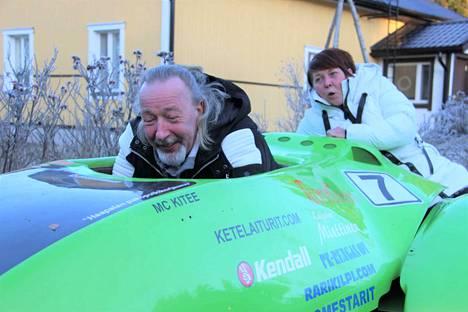 Pasi ja Sari Vepsä näyttävät, millaista on meno ensi kesäksi valmistuvalla ajokilla.