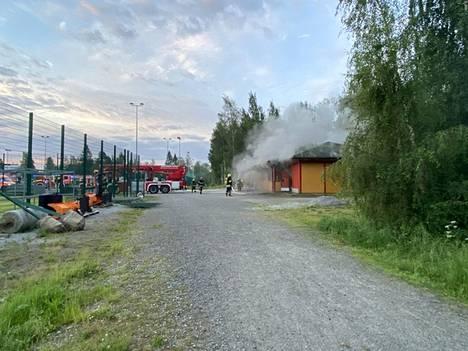 Urheilukentän varastorakennus syttyi tuleen perjantain vastaisena yönä Suoramantiellä Kangasalla.