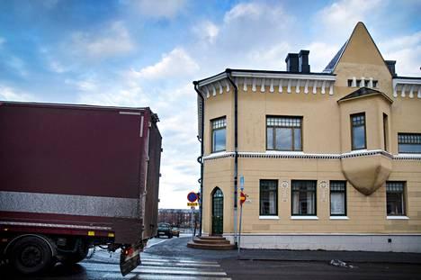 """""""Missään muualla eivät talon korkuiset rekat hortoile pitkin ydinkeskustan katuja"""", valitetaan Tekstareissa. Kuvituskuva Porin Hallituskadulta."""