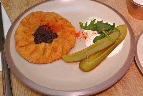 Tällainen on Metsonkulman versio pärämätsistä,. Seuralaisena ovat kuivat mausteet sekä smetana ja suolakurkku.