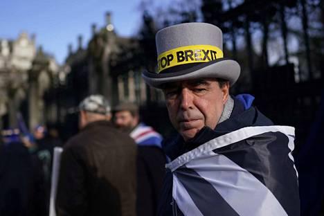 Britannian EU-ero ja sen takana oleva populismi ovat merkkejä uudesta maailmanjärjestyksestä. Brexitin vastustaja jäi yksin mielenosoituksen laidalle Lontoossa.