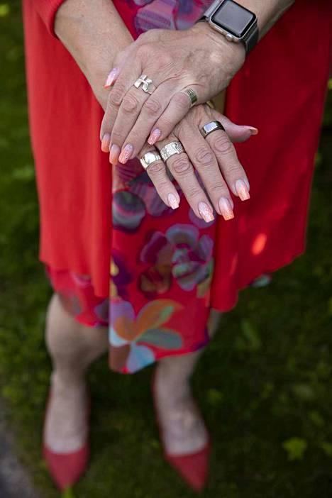 Ann Selinin kädet ovat muodostuneet yhdeksi hänen tavaramerkeistään. Selinille itsestään huolehtiminen on tärkeää ja samalla myös palvelus muille. Kynsistä on tosin tullut myös sellaista palautetta, että ei voi ymmärtää ihmisten arjesta mitään, jos on tuollaiset kynnet.