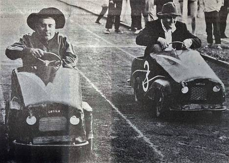 Kesällä 1971 Tehtaan kentällä pidettiin yleisurheilukisat ja välipalana tarjottiin leikkimielistä autourheilua. Saksalaisjoukkueen ensimmäisen osuuden ajoi Hans Berthold (vas.), valkeakoskelaisten ajot aloitti Seppo Dahl. Kisan suurin haaste oli ajopeliin mahtuminen.