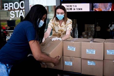 Vapaaehtoiset auttoivat ruoka-avun jakelemisessa Brooklynissa New Yorkissa perjantaina. Yhdysvalloissa on ennätysmäärä työttömiä.