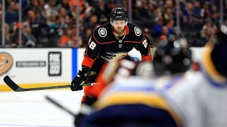Jani Hakanpää kiekkoili viime kaudella Anaheim Ducksin ja Carolina Hurricanesin riveissä.