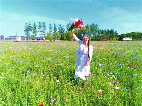 Maaseutujohtaja Katariina Pylsy kukkapellolla, joita Sastamalaan syntyi monia kymmenvuotisjuhlan kunniaksi.