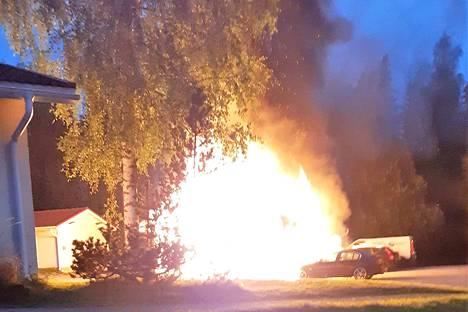 Rivitaloyhtiön autotalli syttyi palamaan sunnuntaiaamuna 1. syyskuuta todennäköisesti postilaatikoissa räjäytettyjen ilotulitteiden seurauksena.