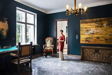 Päärakennuksen oleskeluhuone on Liisa Lagerstamin lempipaikkoja Laukossa. Tässä huoneessa vietettiin aikaa perheen kanssa. Nyt seiniä koristava Marita Liulian Laukko-teokset.
