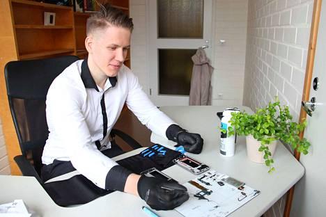 Michael Saag korjaa tietokoneiden lisäksi rikkoutuneita kännyköitä. Se on pikkutarkkaa puuhaa.