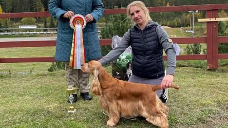 Keuruun näyttelyn kaunein koira oli cockerspanieli Northworth Jumper Just Fits. Kuvassa tuomari Irina Poletaeva ja koiran omistaja Tuuli Rossi. Koiran kasvattaja on Nina Kauhanen .