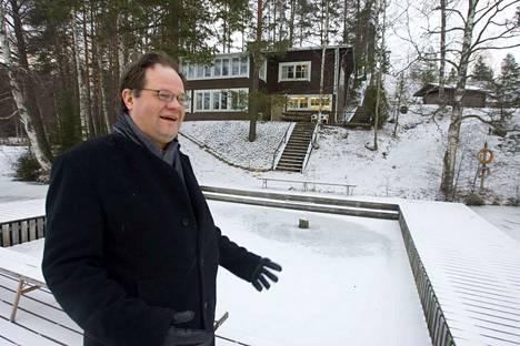 Jyrki Sasi avasi Urkin Piilopirtin vuonna 2006. Takana näkyvä hirsisauna vetää 18 saunojaa, savusauna kahdeksan.