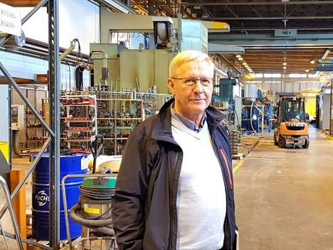 Toimitusjohtaja Kari Horsmalahti on kuvassa esittelemässä tiloja, jotka Levy- ja Teräsrakenne Horsmalahti on hankkinut Varsanhännän teollisuusalueelta. Toimintaa on nyt sekä siellä että Kaapelintiellä.