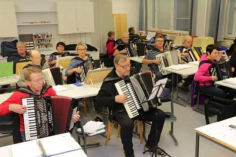 Vuosirenkaat harjoitteli maanantaina Harmonikkaviikon avauskonsertin ohjelmistoa. Konserttiin pääset mukaan internetin välityksellä tältä sivulta.