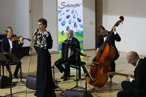 Maria Ylipää (laulu) ja yhtye  (vasemmalta) Jaakko Kuusisto (viulu), Niko Kumpuvaara (harmonikka), Ville Herrala (kontrabasso) ja Marzi Nyman (kitarat) toivat Harjavalta-saliin Piazzollan tangon leiskuvaa intohimoa.