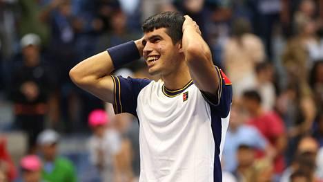 Espanjan 18-vuotias Carlos Alcaraz kukisti Kreikan Stefanos Tsitsipasin tenniksen Yhdysvaltain avoimissa.