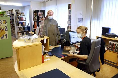 Raija Manninen asioi Käppärän sivukirjastossa, jossa häntä palveli kirjastovirkailija Mira Näpärä. Manninen kaipaa kirjastoiltaan valoisuutta ja avaruutta.,