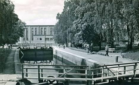 Valkeakosken vanhan kanavan valmistumisesta tulee tänä vuonna kuluneeksi 150 vuotta. 1950-luvulla nykyinen iso kanava korvasi sen, ja 1960-luvulla kuvassa näkyvä vanha kanava täytettiin.