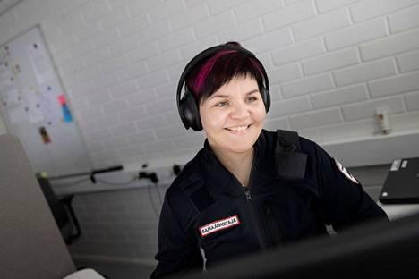 Sairaanhoitaja Johanna Haapio soittaa takaisin avun tarvitsijalle. Juttelun ja asiakkaasta eri tietojärjestelmistä koottujen tietojen pohjalta Haapio luo kuvan avun tarpeesta. Tarvittaessa hän konsultoi mobiililääkäriä. Mummon tapauksessa katsottiin tarpeelliseksi lähettää paikalle Combilanssi eli ensihoitaja ja mobiilihoitaja.
