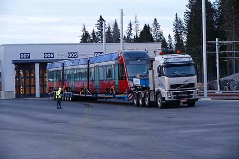 Hervannan varikko oli lauantai-iltana valmiina vastaanottamaan Tampereen ensimmäisen ratikan.