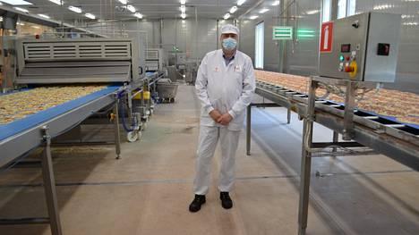 Tehtaanjohtaja Harri Merisalo kertoo, että Valkeakosken tehtaalle on aina löytynyt työntekijöitä.