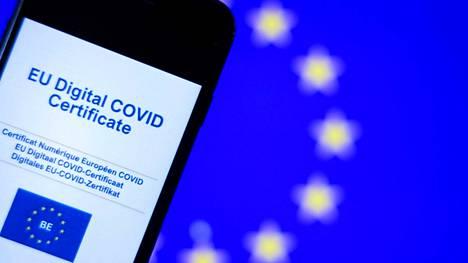 Brysselissä 16. kesäkuuta otettu kuva näyttää EU:n rokotustodistuksen matkapuhelimen näytöllä.