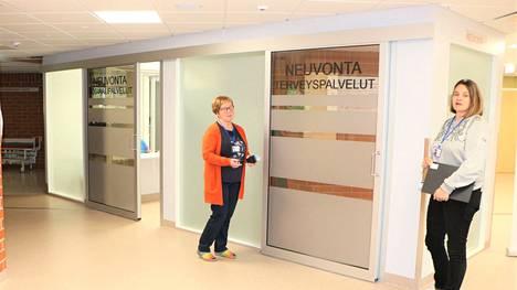 PoSan osastonhoitaja Päivi Leponiemi ja vs. hoitotyön päällikkö Anu Sorvali esittelivät Tapalan peruspalvelukeskuksen pääsisäänkäynnin avaraa aulaa, jossa sekä sosiaali- että terveyspalvelujen neuvonta sijaitsevat vierekkäin.