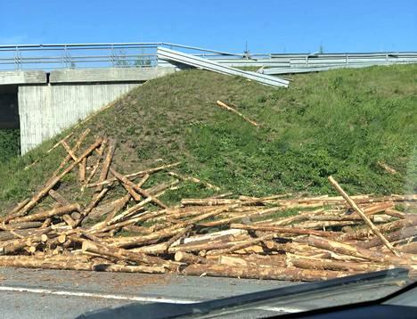 Tältä näytti Pirkkalaan kääntyvän rampin jälkeisen sillan kohdalla. Kuvaajan mukaan puut vierivät rinnettä alas.